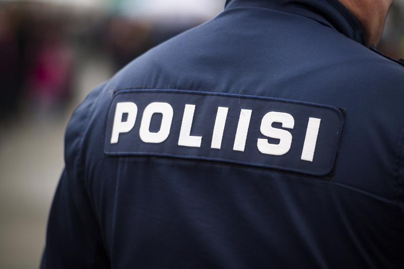 Kuollut nainen ja loukkaantunut mies löydettiin usean tunnin ajan kestäneen poliisioperaation jälkeen Pyhäjärven Jokikyläntiellä sijaitsevasta asunnosta tiistain vastaisena yönä.