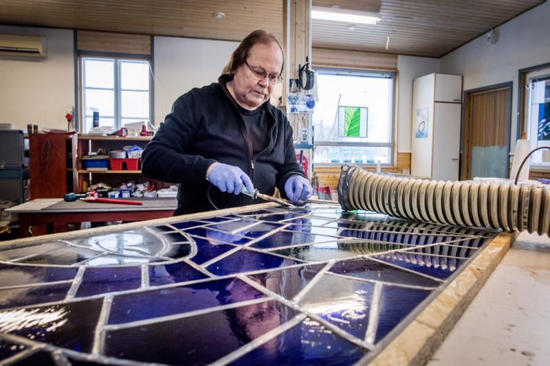Heikki Ulvilla riittää tinaamista Oulun tuomiokirkon lasimaalauksissa. Myrkyllinen puuha vaatii kunnollisen imurin.