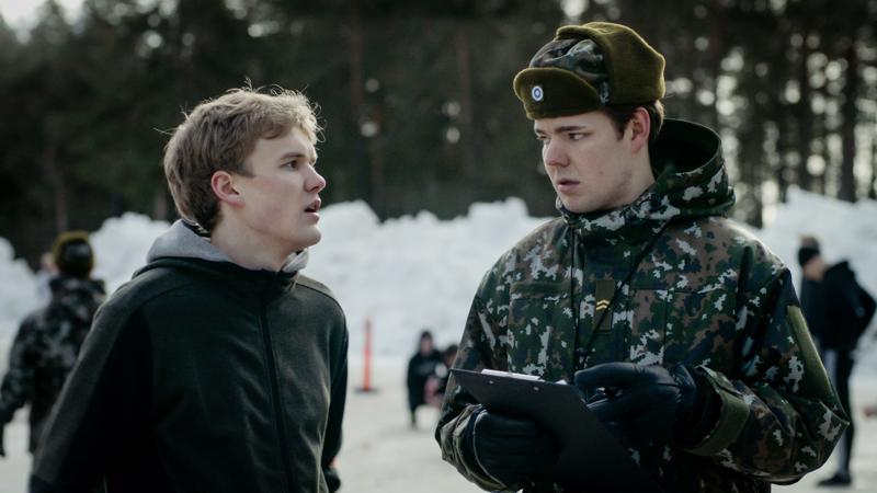 Kakaroissa Joona (Vincent Kinnunen) joutuu kohtaamaan armeijan kaikkien aikojen kettumaisimman alikessun (Aaro Airola).