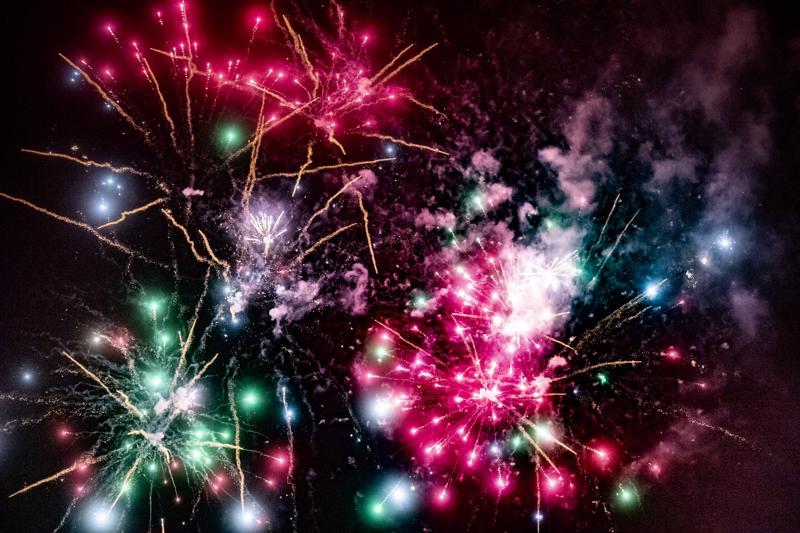 Kokkolan juhlavuoden käynnistymisen ja vuoden vaihtumisen kunniaksi järjestämä ilotulitus sävähdytti värikkyydellään.