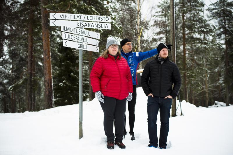 Sari Gummerus, Juhani Kumpusalo ja Henri Heiska iloitsevat Nivalan tämän talven runsaista hiihto- ja talviliikunta-aiheisista tapahtumista.
