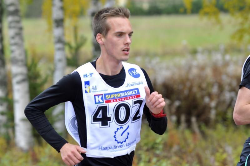 Miika Tenhunen paranteli ennätystään monella matkalla. Kauden kohokohta oli Kalevan kisojen hopeamitali 3000 metrin esteissä. Lisäksi Nivalan Urheilijoiden mies edusti Suomea Ruotsi-ottelussa ja maastojuoksun PM-kisoissa. Kuva lokakuusta Haapajärveltä Kauniston kympiltä.