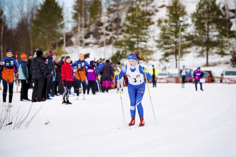 Hiihtovuoteen mahtui monenlaista. Nivalassa valmistauduttiin maakuntaviestiin isännöimällä maaliskuussa koululaisten viestiä, jossa Nivalan joukkueessa hiihti muun muassa kuvan Elsa Haikara. Menestystä ei tullut koululaisten eikä myöskään uudenvuodenpäivänä hiihdetystä varsinaisesta maakuntaviestistä. Syksyllä saatiin yllättäviä uutisia, kun Nivalan ykköshiihtäjä Lauri Gummerus ilmoitti lopettavansa ammattilaisuransa.