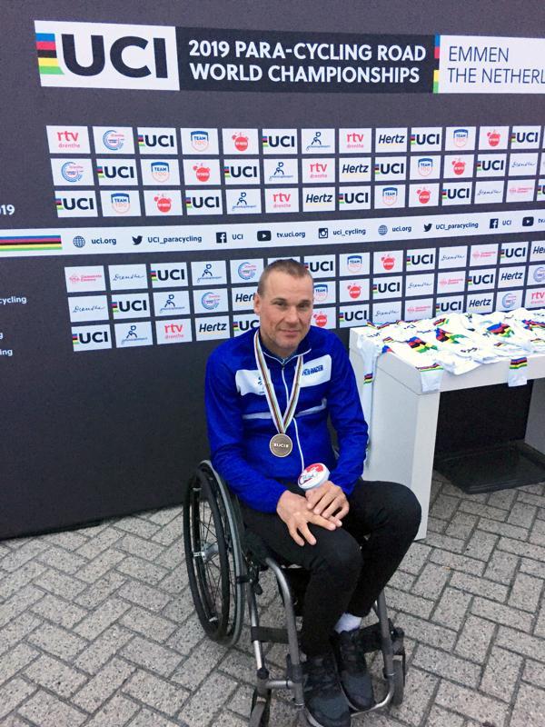 Parapyöräilijä Teppo Polvi nousi vaikean kauden jälkeen MM-pronssille. Polvi ajoi pronssimitalinsa neliraajahalvaantuneiden MH1-luokassa Hollannin Emmenissä 51,8 kilometrin kisassa. Flunssasta kärsinyt Polvi ratkaisi pronssin kohtalon viimeisellä kierroksella päihittäen tsekkiläisen kilpakumppaninsa.