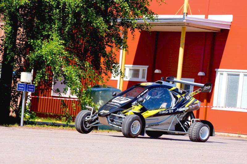 Autourheiluvuoden huippukohta oli Total Tarmac -asfalttisprintin mestaruussarjan osakilpailu, joka ajettiin Teollisuuskylään tehdyllä 4,5 kilometrin mutkikkaalla radalla. Kuvassa CrossKartilla kovaa mennyt Jari-Matti Tiilikka. Nivalan ja lähikuntien ralliväki perusti alkuvuodesta uuden seuran, Revolt Racing Teamin. Jokkiskuskin pysyivät edelleen Nivalan Urheiluautoilijoiden lipun alla.