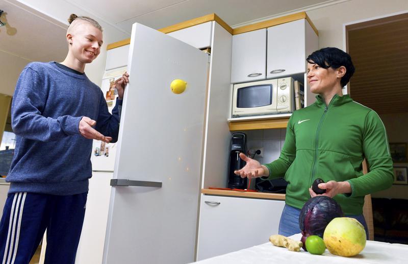 Vegaanihaasteeseen tarttuva Tiina Marjusaari saa usein ruoanlaittovinkkejä pojaltaan Akselilta. Akseli opiskelee kokiksi ja pyrkii itsekin kasvispainotteiseen ruokavalioon.