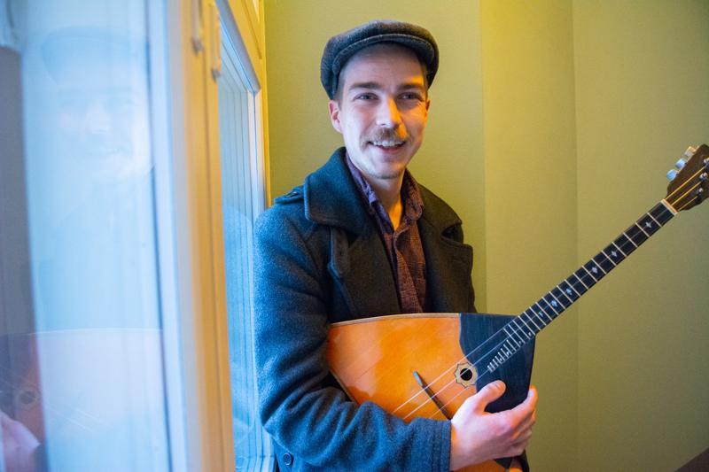 Eino Kolppanen opiskelee musiikkipedagogiksi, ja on ainoa tuleva sellainen, jolla on pääinstrumenttina balalaikka.