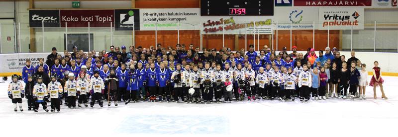 Perinteiseen yhteiskuvaan kokoontui koko Kiilat Hockeyn tiimi.
