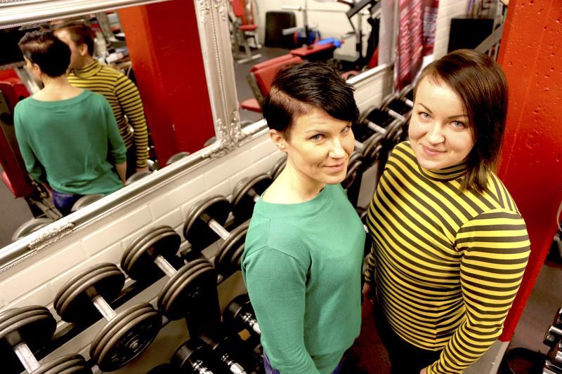 Tiina Marjusaari (vas.) ja Anette Tunkkari perustivat Perhonjokilaakson alueen voimailijoille oman seuran. Piisalle riskit, eli Piri, nähdään jo helmikuussa penkkipunnerruksen SM-kisoissa.