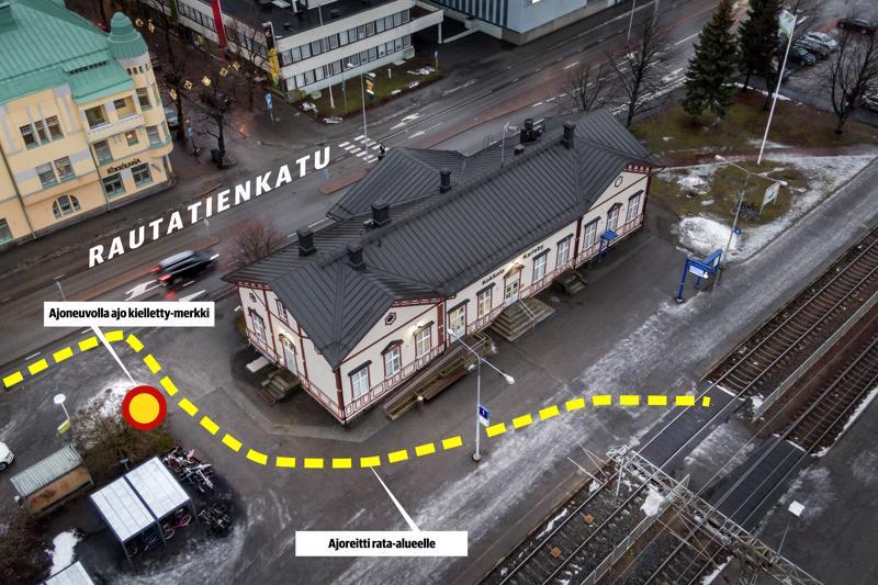 Asemalaiturille ajaminen on kielletty, mutta kieltomerkin ohi pääsee ajamaan autolla aina asemalaiturille saakka.
