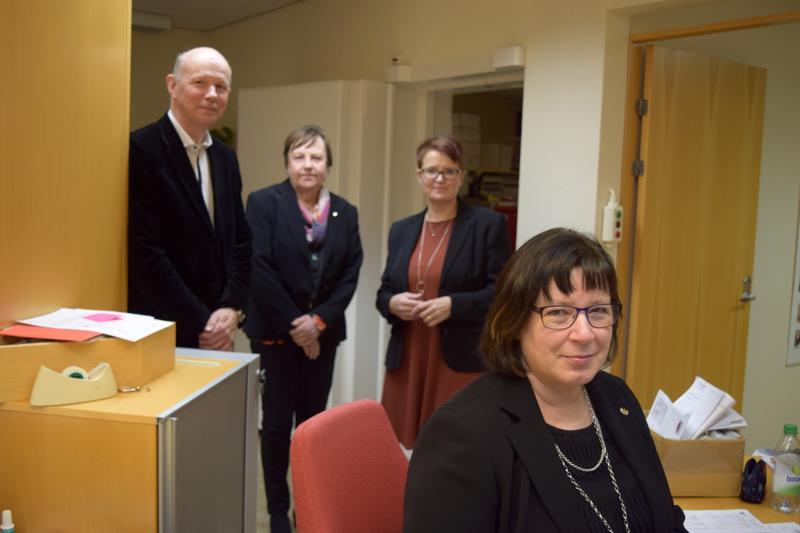 Tommy Olin, Helen Stenman, A--Louise Sjölind ja Seija Roos palvelivat perjantaina Lillbyn konttorissa.