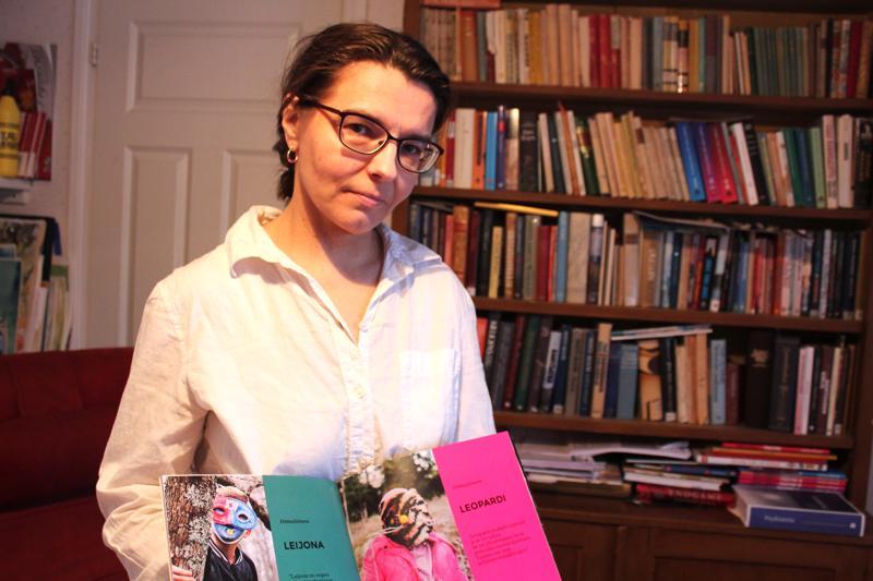 Marja Valkama ja Voimaeläimeni-kirjanen. Perheen yksi tyttö valitsi voimaeläimekseen leopardin.