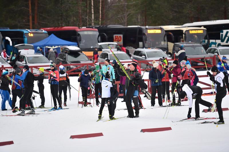 Vuoden 2020 Keski-Pohjanmaan maakuntaviestiin valmistaudutaan Nivalan Pyssymäellä hyvissä olosuhteissa. Lämpötila on nollassa ja ladut ovat luonnon lumella.
