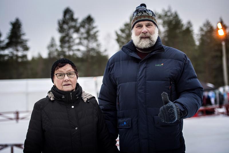 Olympiavoittajat yhteiskuvassa. Helena Takalo ja Juha Mieto olivat paikalla Nivalan maakuntaviestissä.