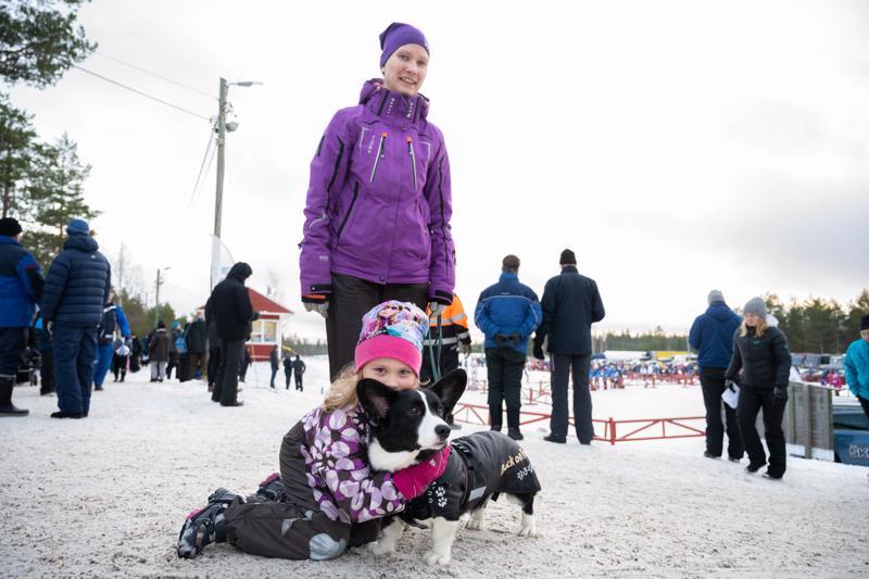 """Mirja ja Unna Päivärinne sekä Milli-koira nauttivat kotikulmillaan hiihdetyn viestin tunnelmasta. Unnalle kohokohta oli päästä """"lelukojulle""""."""