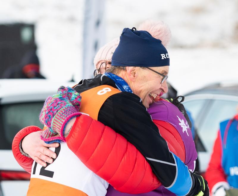 Nivalan ankkuri Juhani Kumpusalo ja kilpailunjohtaja Sari Gummerus iloitsivat Nivalan säilymisestä A-sarjassa sekä kaikin puolin onnistuneista viestijärjestelyistä.