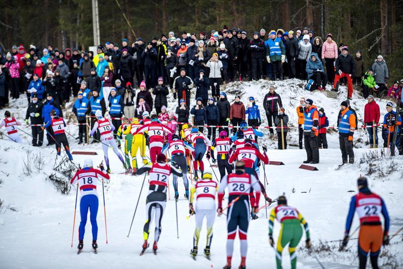 Pari vuotta sitten Nivalassa hiihdetiin Keski-Pohjanmaan maakuntaviesti. Lauantaina pm-viesteissä Pyssymäellä mukana on pienempi joukko hiihtäjiä, eikä yleisöä paikalle päästetä.