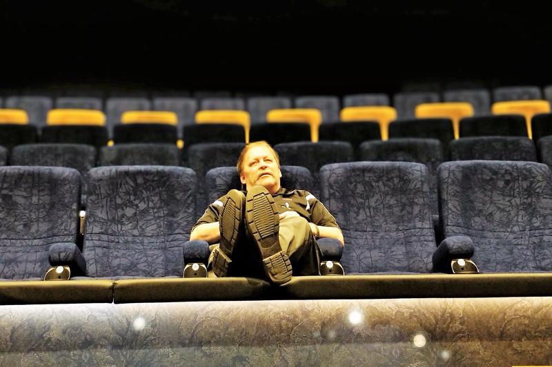 Eturivissä istuja voi nostaa rohkeasti jalkansa kaiderahille, näyttää Paavo Katajamäki, Bio Rex Pietarsaaren teatterivastaava, mallia.  - Sitä varten se on.