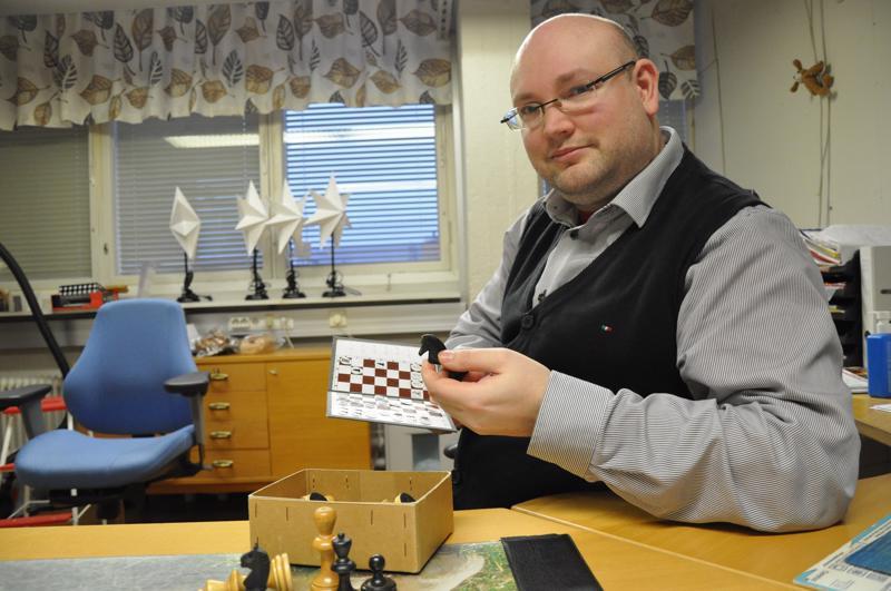 Anton Meriläinen pitää mieluisimpana kunnon puista shakkilautaa ja nappuloita. Mieleinen on myös taskushakki, jonka avulla voi analysoida mestarien pelejä.
