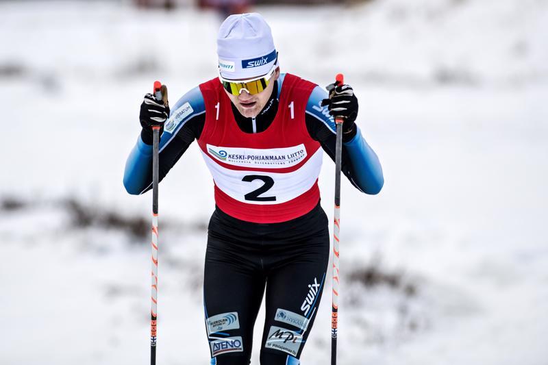Avausosuuden hiihtänyt Vetelin Aapo Taipale menetti hyvän aseman kärkipäässä kolaroituaan Kalajoen Eelis Valikaisen kanssa.