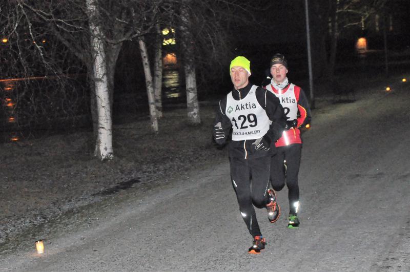 Hannu Kellokoski johtaa kuntosarjan kilpailua Suntin lenkillä. 17-vuotiaiden sarjan voittaja Jani Simoinen juoksee hänen takanaan.