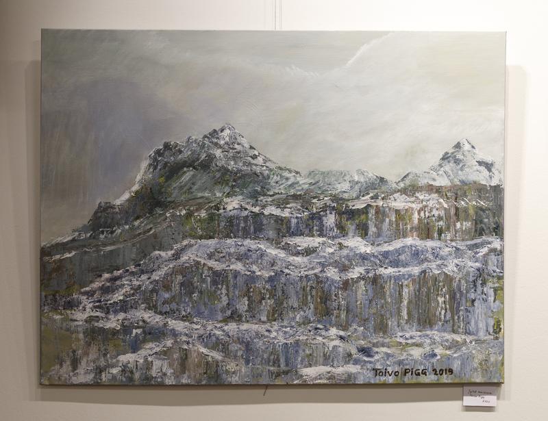 Toivo Piggin Jylhä maisema-palettiveitsimaalaus puhuttelee näyttävyydellään jo kaukaa.