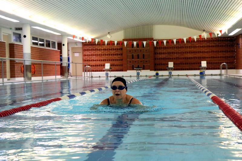 Kiepsa Timonen on harrastanut uimista säännöllisesti puolitoista vuotta. Viime syksynä hän haki vauhtia uimatekniikkakurssilta.