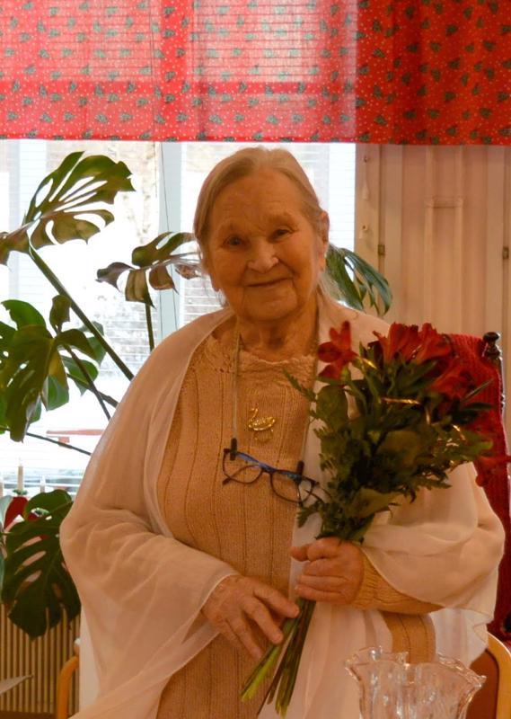 Halsualainen Aune Karvonen iloitsi runokirjansa julkaisusta.