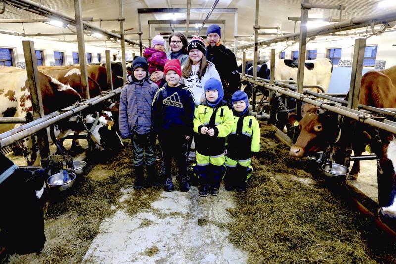 Annukka ja Lasse Salmela ovat työskennelleet tilalla nyt kymmenen vuoden ajan. Lapset Jenna, Joel, Panu, Tatu, Mika ja Sara osallistuvat tilan töihin enemmän tai vähemmän. Poikia kiinnostavat eniten konehommat.