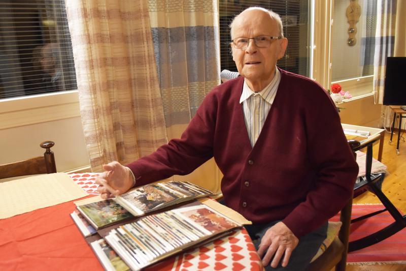 Veli Hernetkosken albumeihin on ehtinyt kertyä monenlaisia muistoja 90 vuoden varrelta. Nuorena kuollutta äitiään hän ei muista kuin valokuvasta.