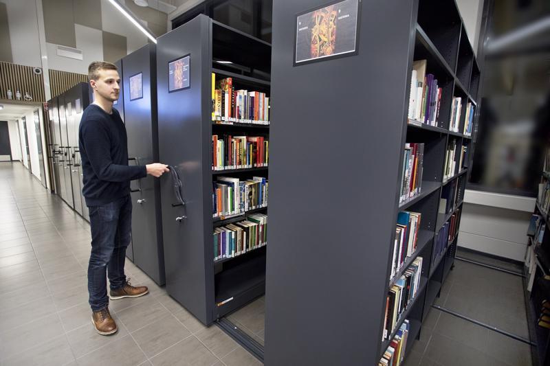 Kalajoen pääkirjaston palvelupäällikkö Joni Rahja kertoo, että myös varaston kirjat ovat vapaasti lainattavissa. Hyllyjä uskaltaa käydä veivaamassa auki ja etsimässä sopivaa aineistoa.