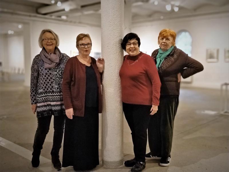 Akvakoloristit Marianne Kanckos (vas.), Terttu Åkerhholm, Seija Koivisto ja Kirsti Uimonen maalaavat yhdessä omia akvarelleja ja insipiroivat samalla toisiaan.