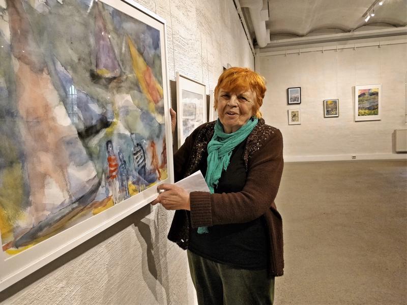 Kirsti Uimonen ja Merellä-teos, joka sai ensi-iltansa Suomen akvarellitaiteilijoiden näyttelyssä.