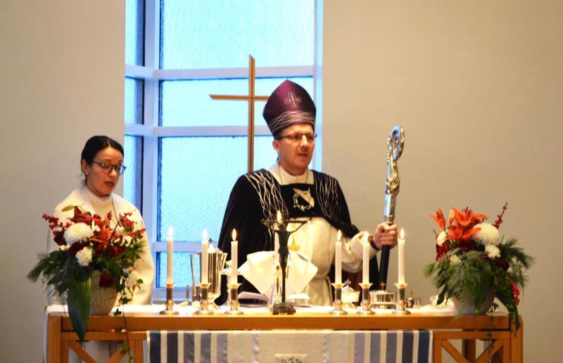 Kirkkoherra Mirva Ahola avusti piispa Jukka Keskitaloa piispanmessussa Pyhän Annan kirkossa
