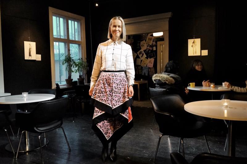 Emma Granqvist alusta loppuun suunnittelemassaan ja toteuttamassaan hameessa, johon kului metrikaupalla kangasta.  - Tykkään keksiä kankaille panatuksia ja vaatteille uusia muotoja.