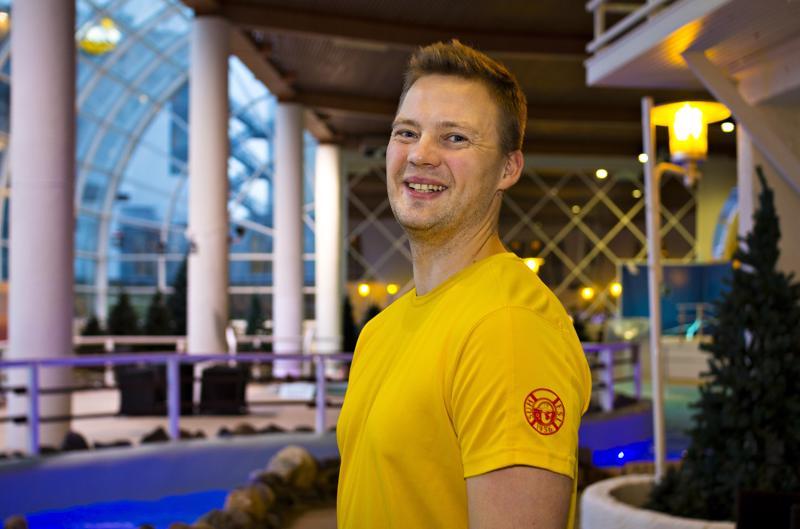 Antti Kääntä työpaikallaan Kylpylä SaniFanissa. Uimahallipuoli on paraikaa suljettu remontin takia, mutta kylpyläpuoli palvelee asiakkaita normaalisti.