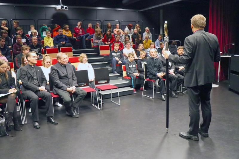 Piispa Jukka Keskitalo vastasi koululaisten laatimiin kysymyksiin.