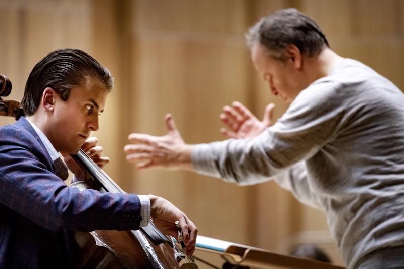 Orkesteri sekä kapellimestari Sakari Oramo ja sellisti Leonardo Chiodo harjoittelivat viikolla Snellman-salissa.