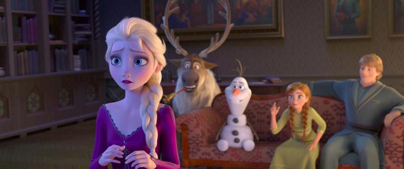 Elsa kuulee jonkin kutsuvan itseään, mutta muut eivät laulua kuule.