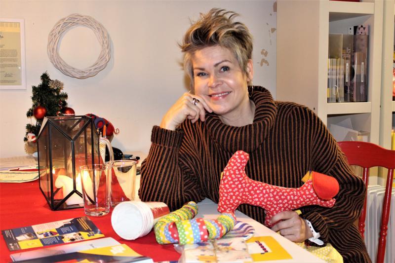 Project Liv -yhdistyksen puheenjohtaja Nina Brännkärr-Friberg esittelee pitkäaikaissairaille lapsille annettavien kekkeripussien sisältöä.