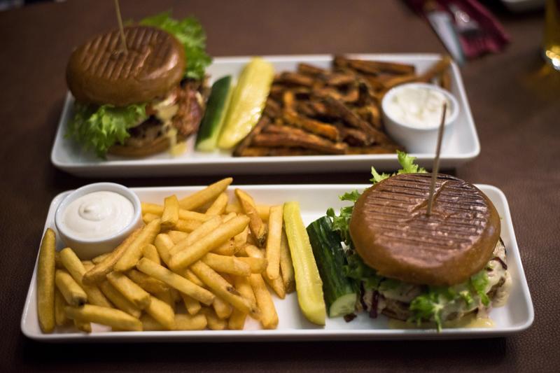 Perinteisten grillihampurilaisten kaveriksi on tullut ravintolatason burgerannoksia, jotka tilataan pöydästä ja tarjoillaan lautaselta.