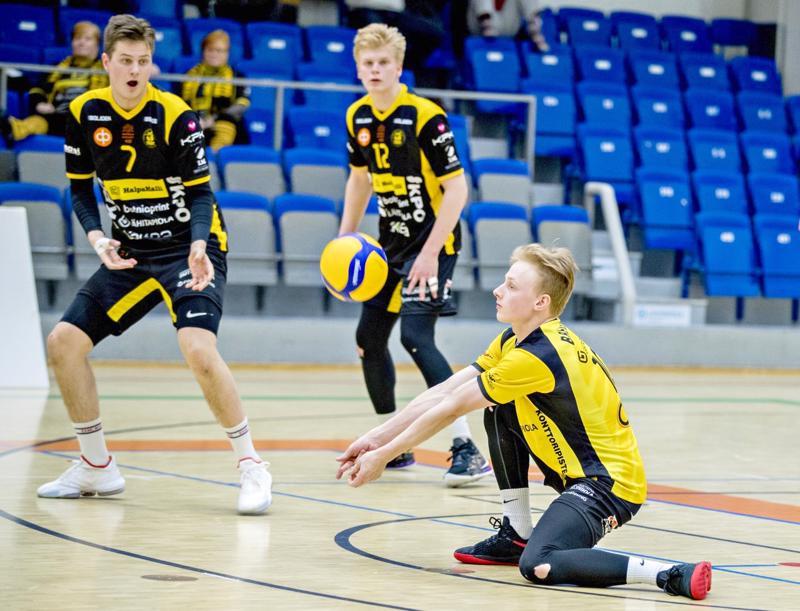 Niklas Breilin pelasi jälleen hyvän pelin Ettaa vastaan. Jere Mäkinen ja Oskari Keskinen taustalla.