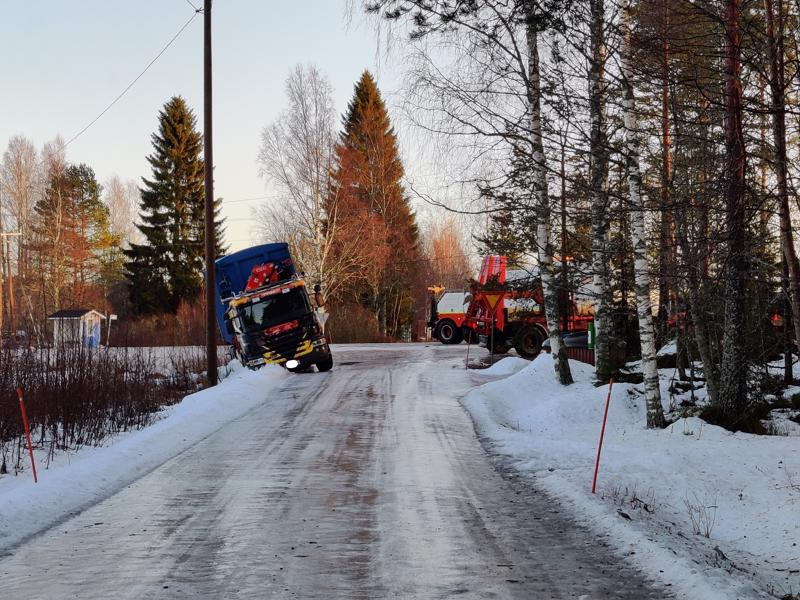 Lukijan kuva ojaan liukuneesta ekopisteen tyhjennysautosta Vetelin Sillanpäässä.