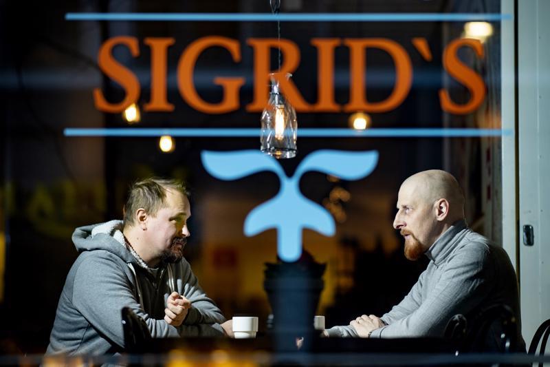 Ravintola Sigridsin yrittäjä Niklas Salo ja tarjoilija Mikko Essel ovat työskennelleet ravintola-alalla 90-luvulta lähtien. He tietävät, että työajat ovat yleensä huonot eikä palkallakaan pääse juhlimaan.