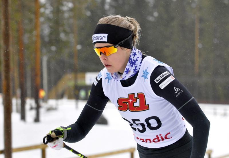 Kainuun Hiihtoseuraa edustava Anni Alakoski oli odotetun ylivoimainen Kalajoen hiihtomajalla. Reisjärven Pilkkeen kasvatti repi naisten yleisessä sarjassa lähes minuutin eron toiseksi tulleeseen Marie Sippukseen.