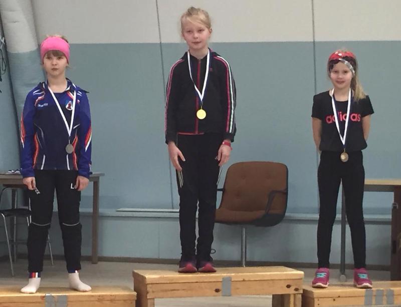 T9 kuulan mitalikolmikko: 1. Anna Hekkala HU, 2. Oona Yrjänä LoVe, 3. Emma Mäkitalo HU.
