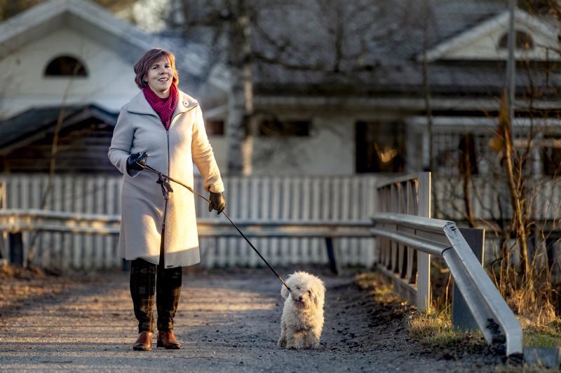 Oikeusministeri ja RKP:n puheenjohtaja Anna-Maja Henriksson kävelylenkillä Romeo-koiransa kanssa Pietarsaaressa.