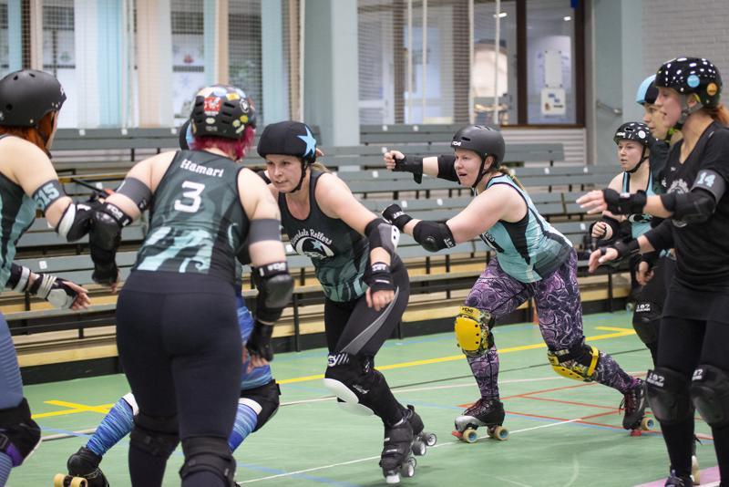 Roller derbyssä riittää vauhtia ja vaihtuvia tilanteita.