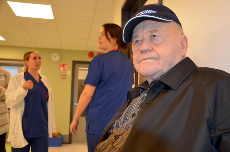 Sieviläinen Olavi Ruotsala pitää uusista tiloista näin sisältä katsottuna, ulkoa ne vaikuttivat vähän vaatimattomilta. Hän on odottelemassa hoitajalle pääsyä. Taustalla vastaanoton lähihoitaja Helianna Kähtävä ja  sairaanhoitaja Hanne Sipilä.