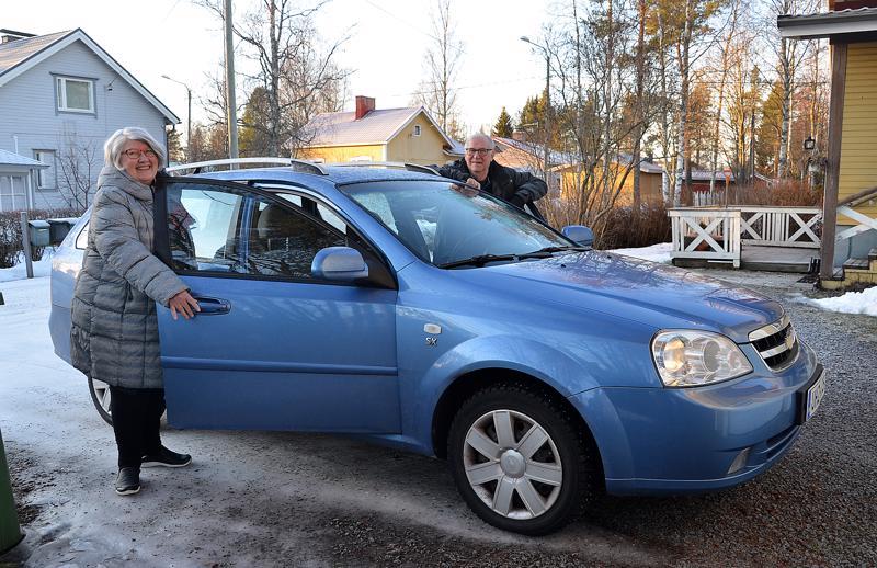 Tämän auton Ritva ja Martti Lehtinen ostivat samalla reissulla, kun ajoivat toisen liikenneonnettomuutensa Oravaisissa. Heille ei ole jäänyt kammoa autoilemisesta.